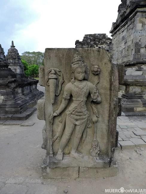 Podemos encontrar templos muy bien conservados o algunos que tienen partes repartidas por los alrededorers