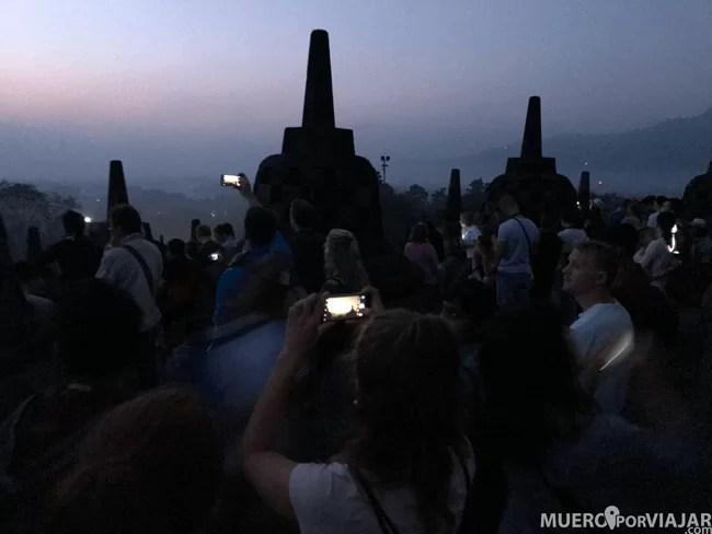 La imagen que menos se ve de Borobudur: los cientos de turistas con sus cámaras