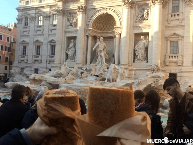 Disfrutando de nuestros bocadillos en la Fontana di Trevi, ¿se puede pedir más?