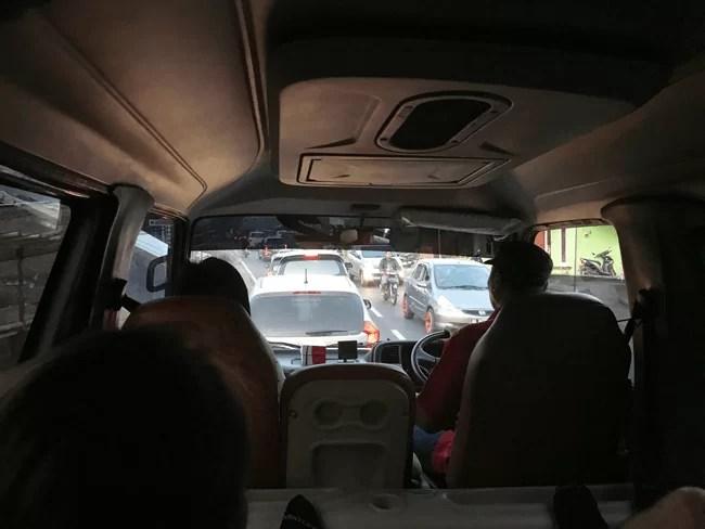 El interior del minibus era algo estrecho pero se puede ir sin problema