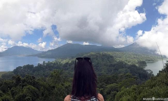 Desde el mirador puedes ver los dos lagos separados por la montaña