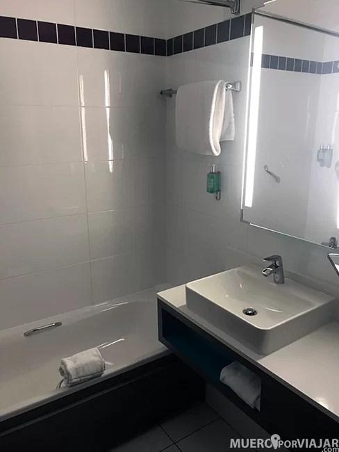 El baño muy limpio y nuevo