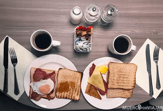 Disfrutamos de un desayuno muy completo en el hotel Jurys Inn en Belfast