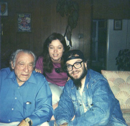 """Fotografía: Artgal73 - User's work; This photo depicts Charles Bukowski, along with his friends, """"John Smith, and Jane Doe"""". I took this photograph in 1988. (then, the subjects are identified in Swissler and Gleason)/ Wikipedia"""
