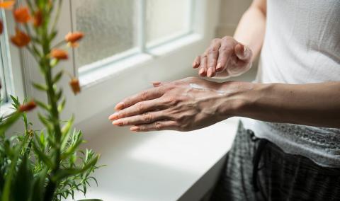 moisturizing chapped hands