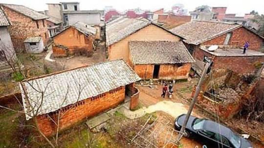 Milionário mandou destruir uma aldeia de gente pobre e… vejam o que ele fez!
