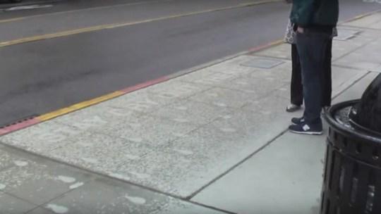 Parece uma calçada normal, mas quando chove transforma-se numa obra de arte. Incrível!