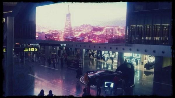 Pantallas gigantes y coches de lujo en el aeropuerto de Doha en Qatar