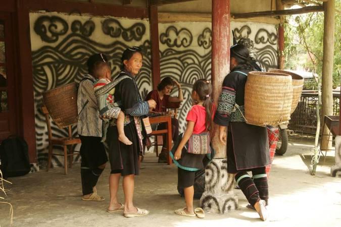 Eva con los H'mong negros, una minoría de las montañas del norte de Vietnam, en Sapa.