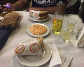 Gyros pita con crema taramosalata y vino retsina