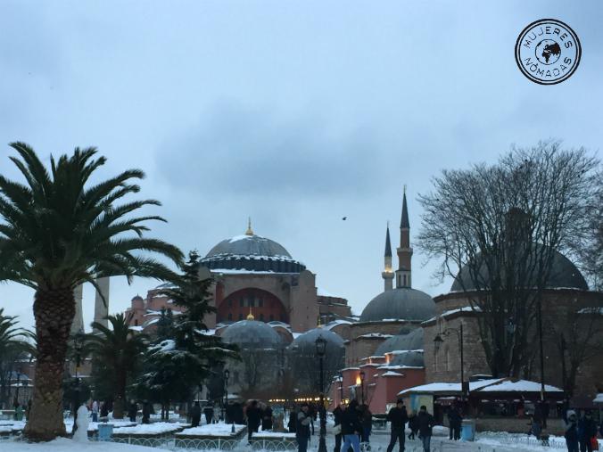 Plaza de Sultanahmet con Santa Sofía al fondo. La combinación de palmeras y nieve resulta chocante.
