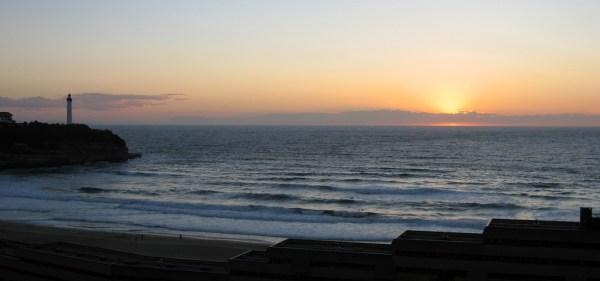 Atardecer en Biarritz con el faro al fondo