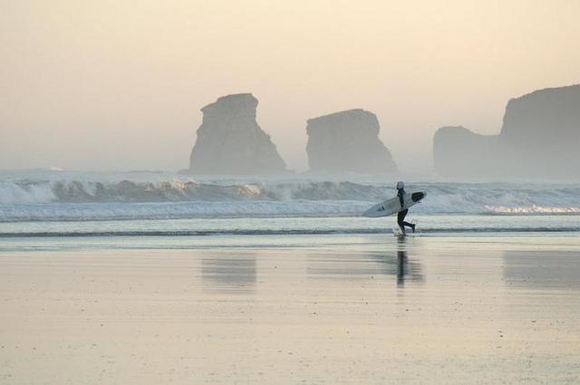 Atardecer surfero en Hendaya con las rocas gemelas de fondo