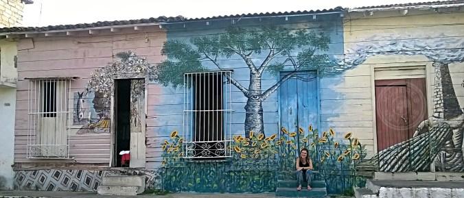 Disfrutando del arte en Cienfuegos.