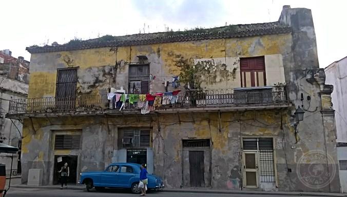 Fachada de un edificio típico en Centro Habana.