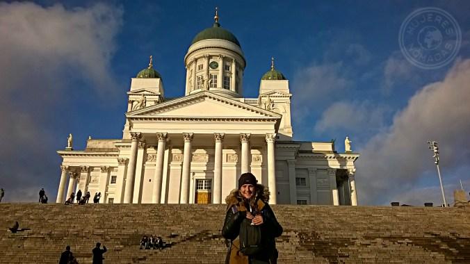Disfrutando de la Catedral luterana en Helsinki.