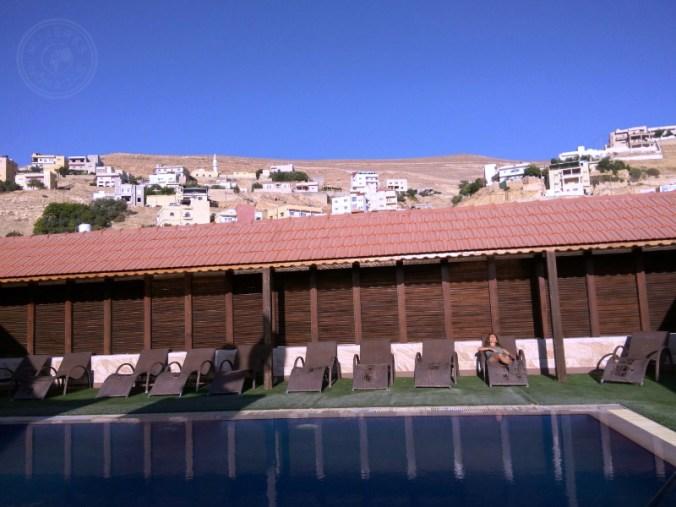 Descansando en la piscina del hotel después de un increíble día en Petra.