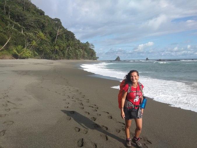 Caminando por la playa en el Parque Nacional Corcovado. Costa Rica.