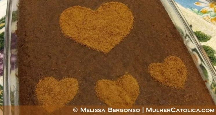 Bolo de cacau e café decorado com açúcar de coco polvilhado em formato de coração.