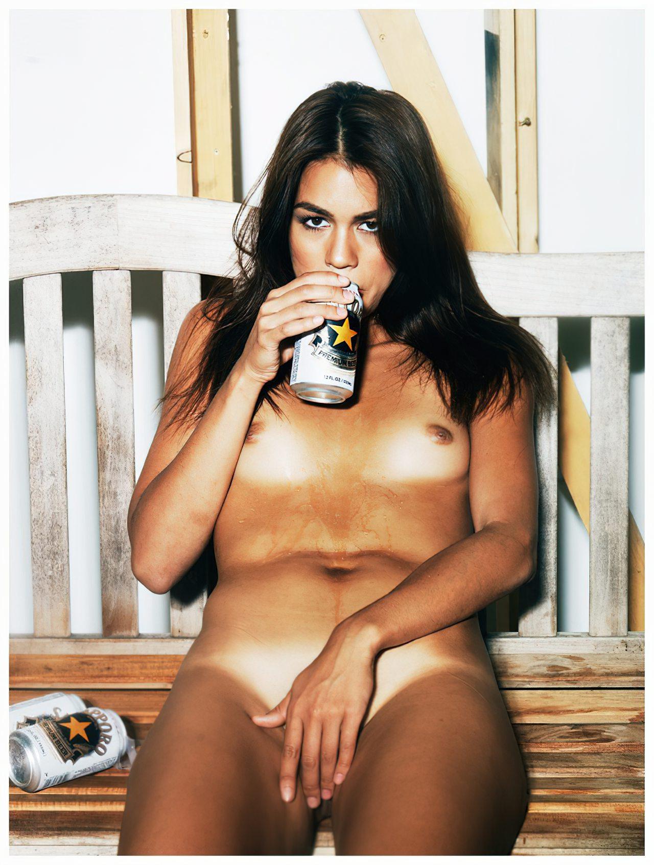 Bebendo Cerveja Nua