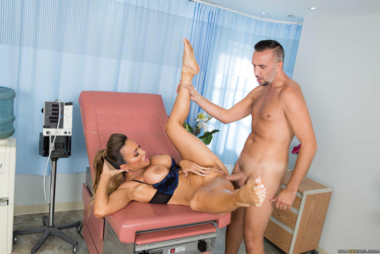 Enfermeira Experiente Examinando Paciente (7)