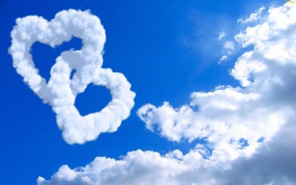 Nuvens que formam corações entrelaçandos