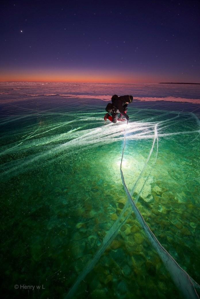 Homem com lanterna no gelo