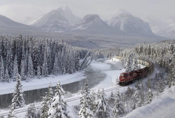 Um trem de carga na Curva de Morant