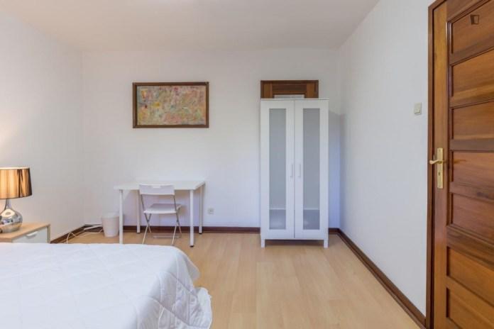 amazing-room-couple-bed-near-university-city-campus-metrosalgueiros-oporto-0f62a35d34ea804ea522d5d2a2327b74