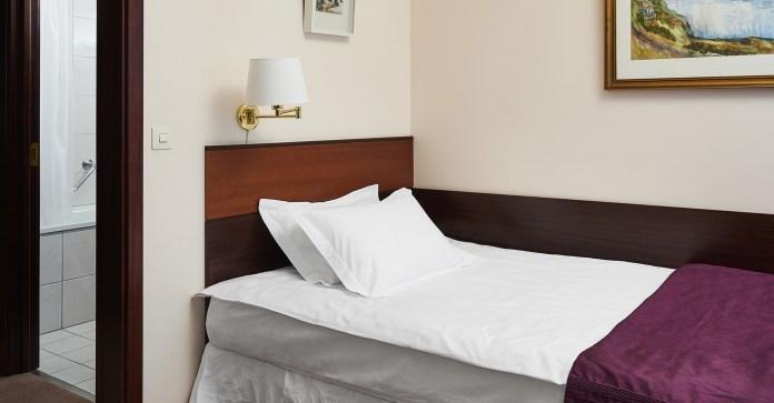 hotel-holt-room-single-01-1920x1000