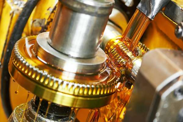 Picture of a tooth gear wheel machine getting lubricated