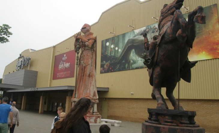 Harry Potter tour - outside statues