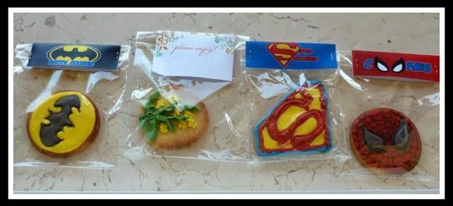 biscotti decorati con ghiaccia reale con loghi supereroi