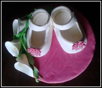 cake topper battesimo con scarpette in pasta di zucchero, cake topper fondant baby shoes