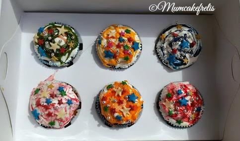 Cupcake dolci decorati con stelle in pasta di zucchero e confettini guarniti con Marshmallow, Marshmallow cupcake star
