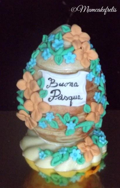 Easter eggs and rolled fondant Uovo di cioccolato decorato con pasta di zucchero