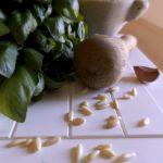 Pesto alla Genovese nel mortaio di marmo