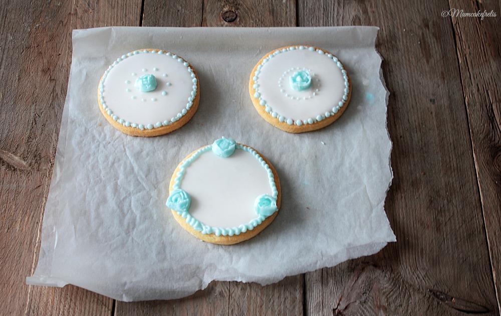 biscotti decorati con ghiaccia reale, roselline in ghiaccia