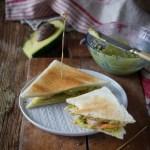 Toast con avocado e mazzancolle al lime
