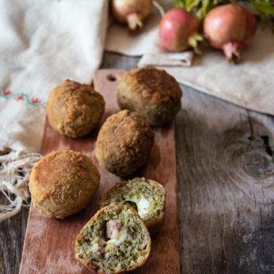 Arancine con pesto di pistacchi e mortadella.