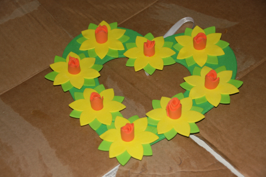 springtime daffodil wreath with daffodil template and heart wreath template