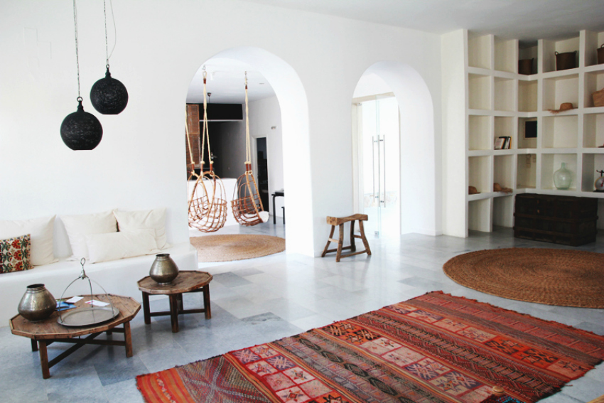 minimalist style - a characteristic of Santorini's style