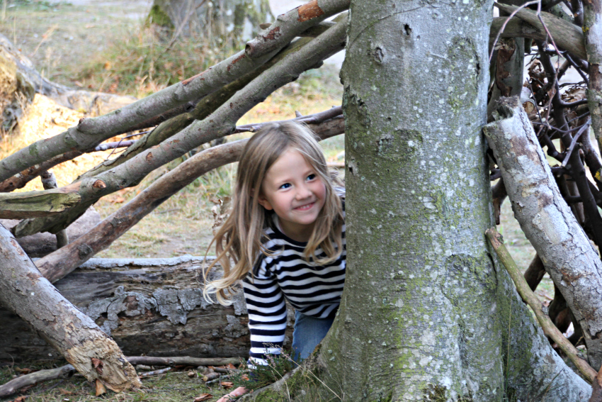 amy-hiding-in-a-den-at-gespensterwald-nienhagen