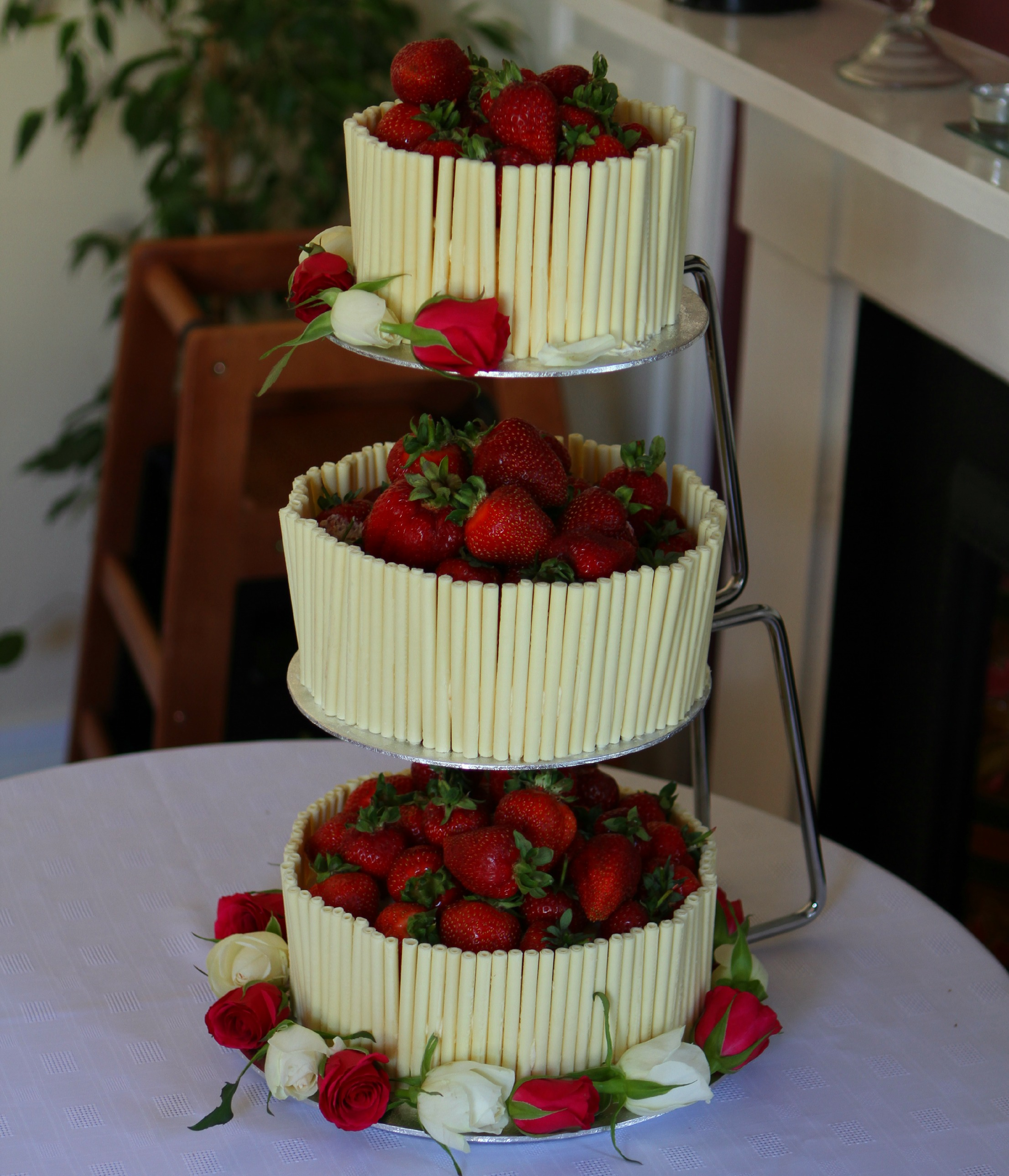 pictures of white chocolate wedding cakes strawberry and white chocolate wedding cake with an 18486