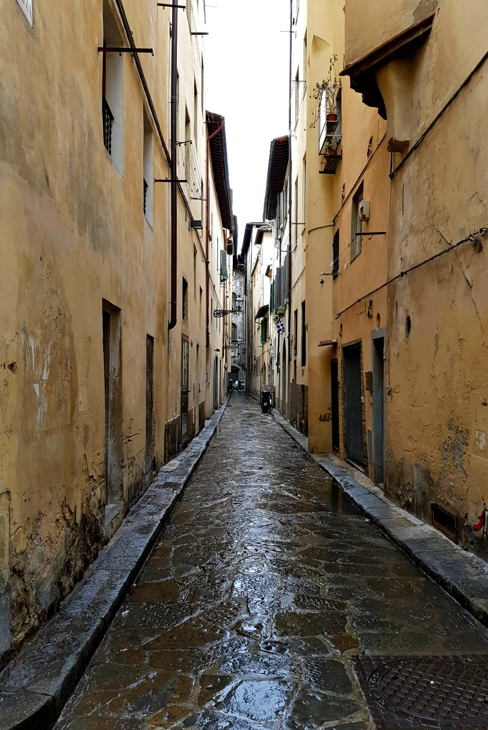 An alleyway in Florence Italy - my Uffizi tour with kids and gelato making day in Florence