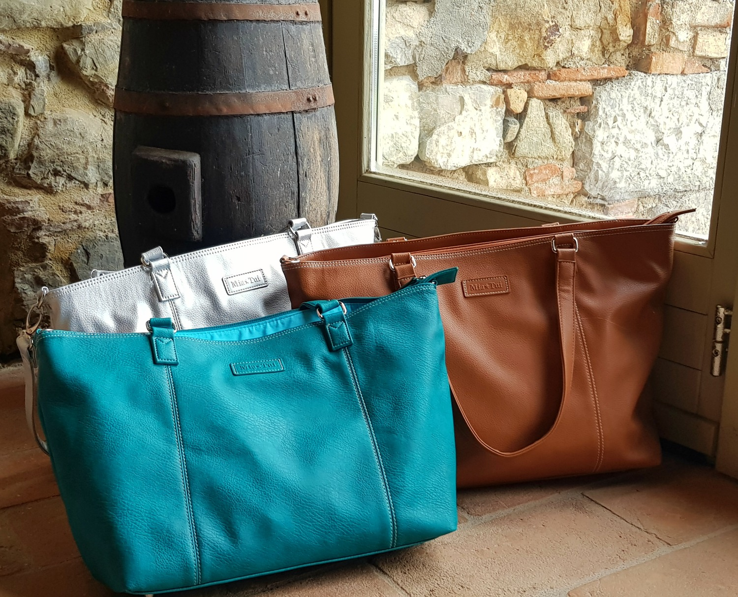 Green Mini Jen bag with matching silver and tan versions in a villa in Tuscany - my Mia Tui hand luggage review