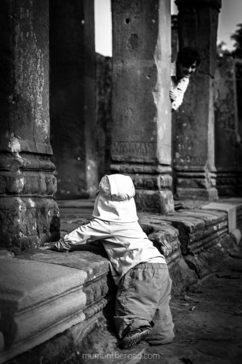 Bébé crapahute dans les ruines du Bayon à Angkor au Cambodge