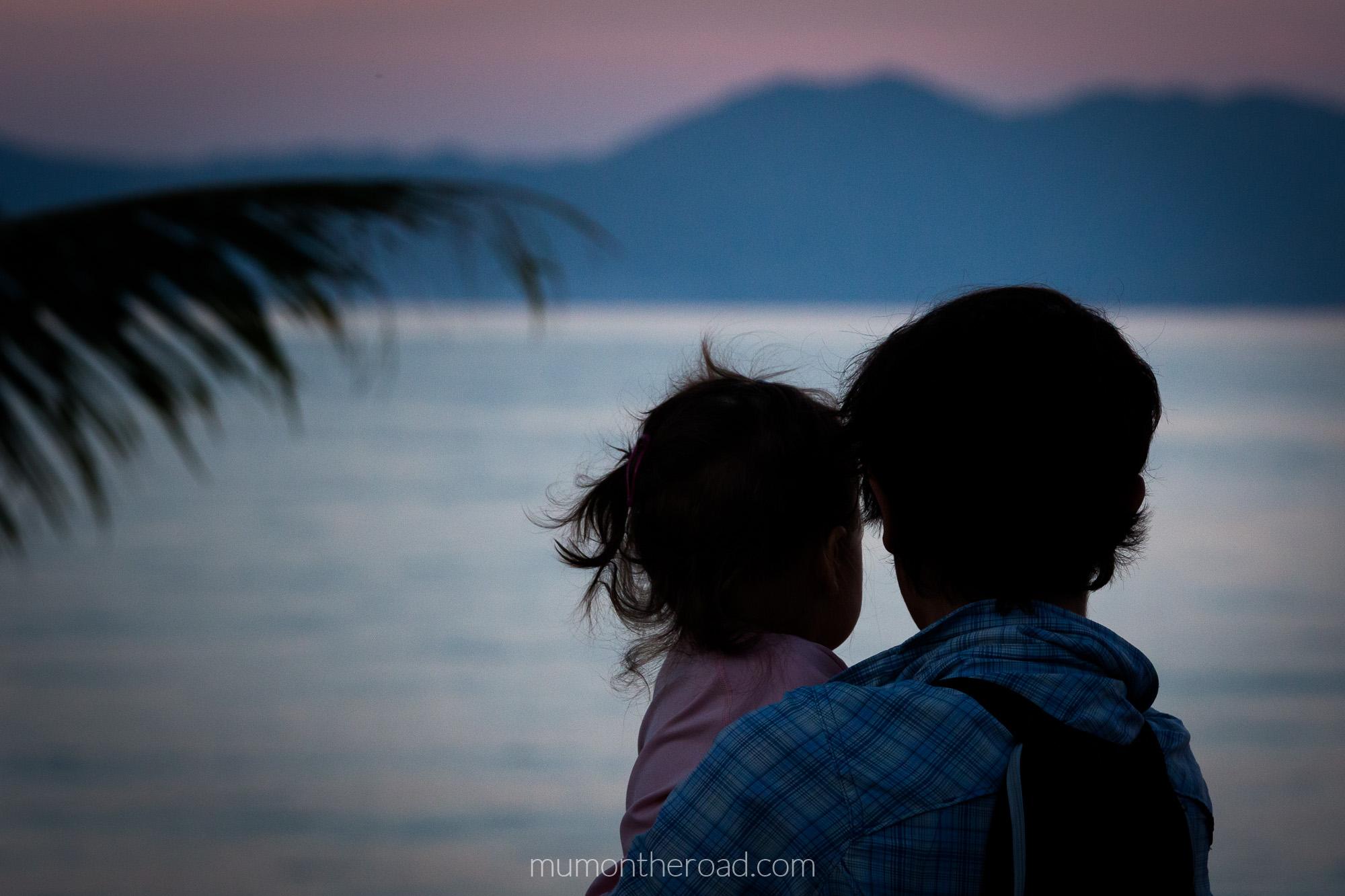 Coucher de soleil avec bébé sur la plage de Mae Nam à Ko Samui en Thaïlande