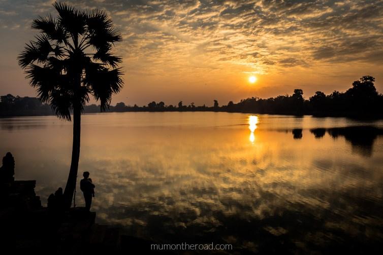 Magnifique lever du soleil sur le Sra Srangh à Angkor au Cambodge