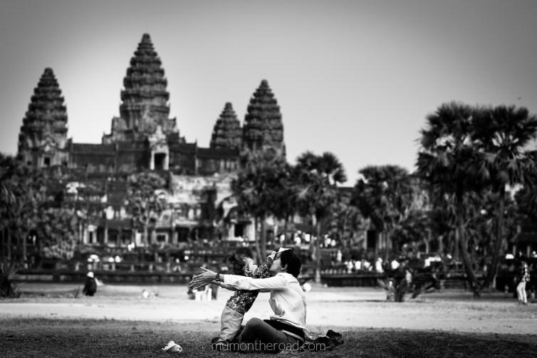 Bébé et mumontheroad se détendent dans les jardins d'Angkor Vat au Cambodge
